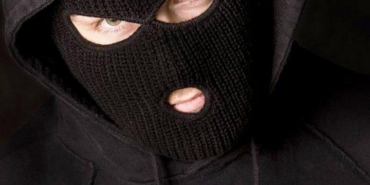 Новоладожский грабитель отнял у повара деньги, консервы и лимонад