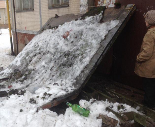 В Волхове обрушился козырек подъезда в жилом доме