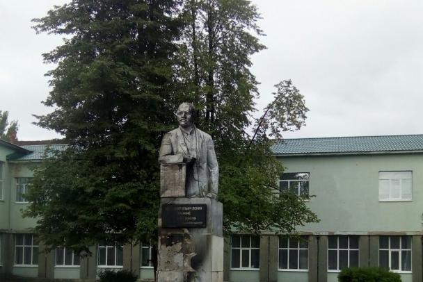 В Сясьстрое памятник Ленину обложили покрышками и подожгли