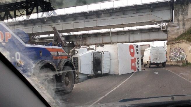 В Волхове под железнодорожным мостом перевернулся грузовик