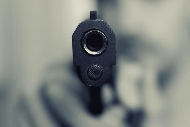 Мужчина стрелял в ладожанку из пневматического пистолета