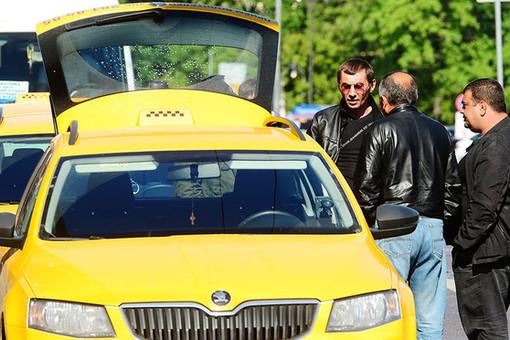 Иностранцам без гражданства хотят запретить работать в такси