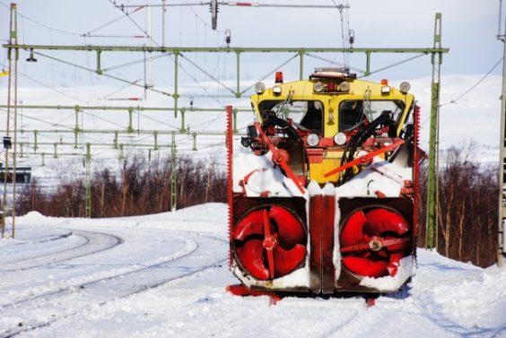 На путях ОЖД трудятся поезда-снегоуборщики