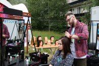 Участники молодежного форума «Ладога» прошли обучение парикмахерскому искусству на базе передвижного мобильного комплекса Биржи труда ЛО