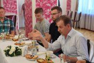 Александр Дрозденко встретился с волховскими чемпионами-хоккеистами