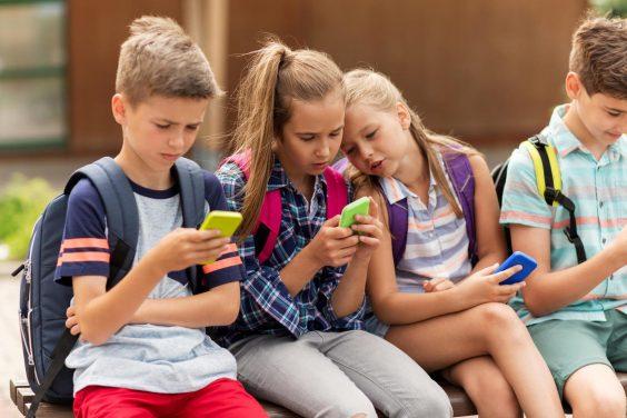 Роспотребнадзор рассмотрит вопрос о запрете мобильных телефонов в школах
