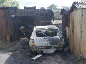 Ночной пожар в Новой Ладоге уничтожил Renault Sandero и близлежащие сараи