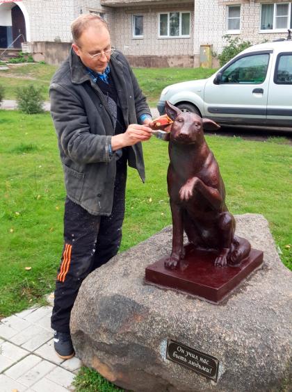 Памятник бездомному Юрику в Новой Ладоге отреставрирован