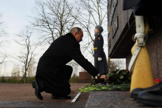 Владимир Путин почтил память героев, отдавших жизни за Ленинград