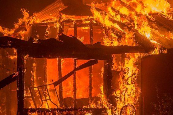 Частный дом и хозяйственная постройка сгорели в Волховском районе