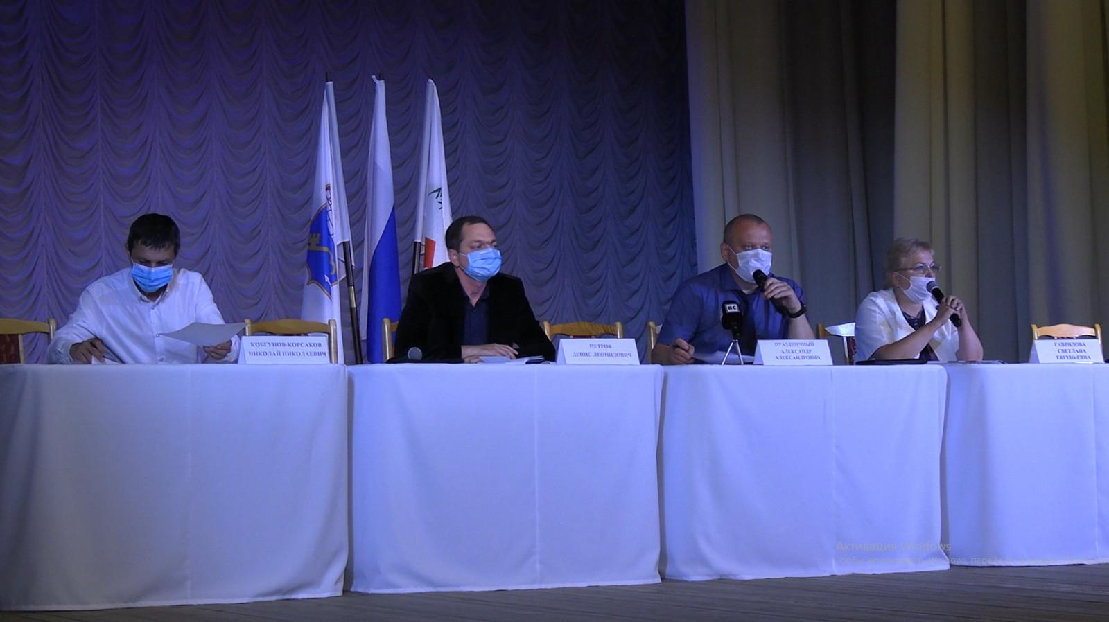 Встреча жильцов и управляющих компаний по ЖКХ / Видеосюжет