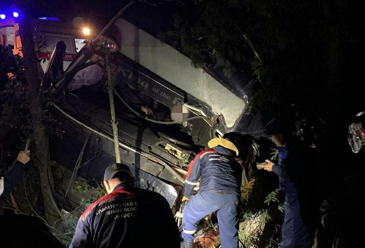 """Застрявшего в разбитом """"Volvo"""" водителя вызволяли спасатели"""