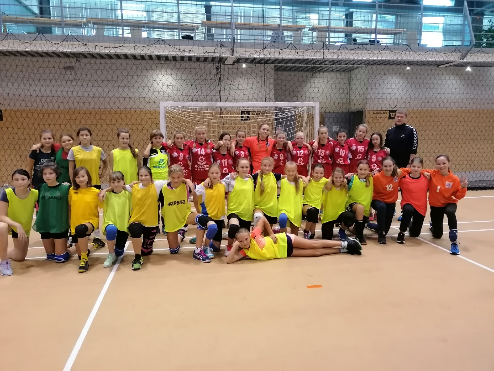 Школа олимпийского резерва СПБ встретила волховских гандболисток для товарищеских матчев