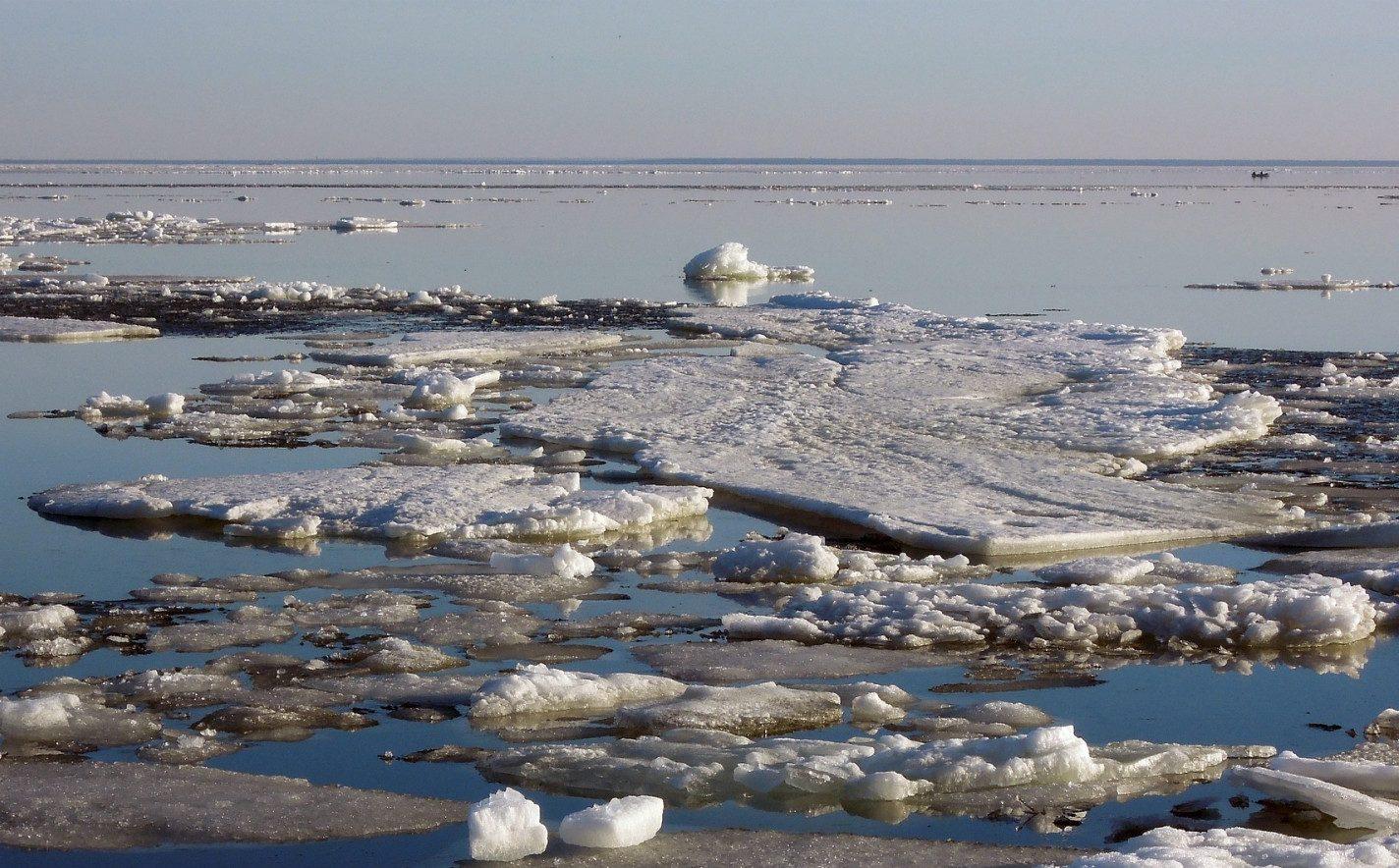 Спасатели выручили рыбаков на отколовшейся льдине