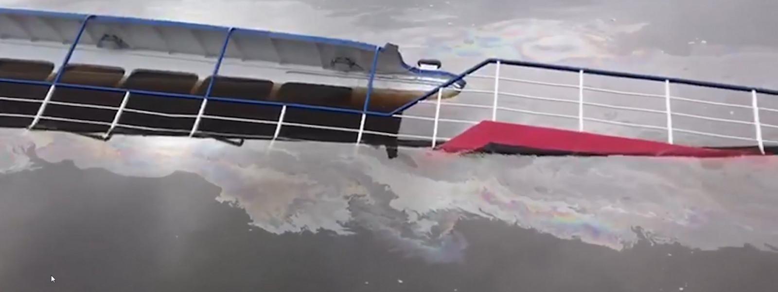 В зоне подтопления судна «Академик Якутин» река Волхов в нефтяных разводах
