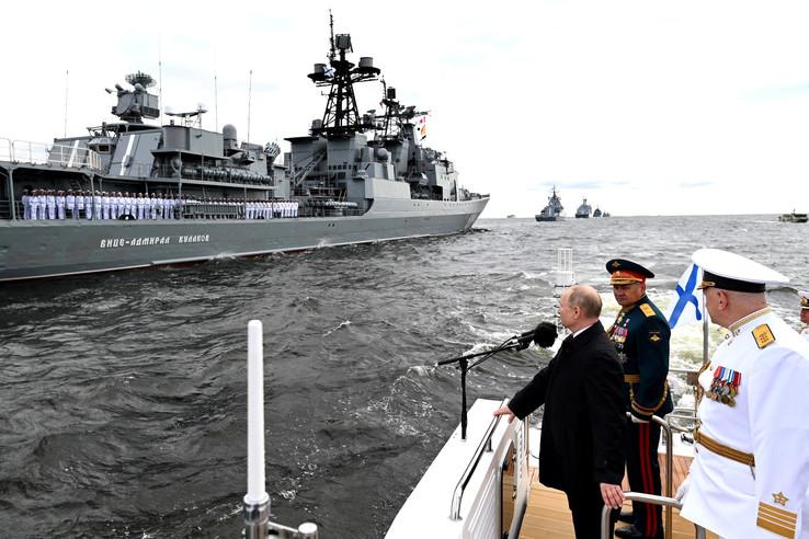 Президент РФ Владимир Путин принял парад ВМФ