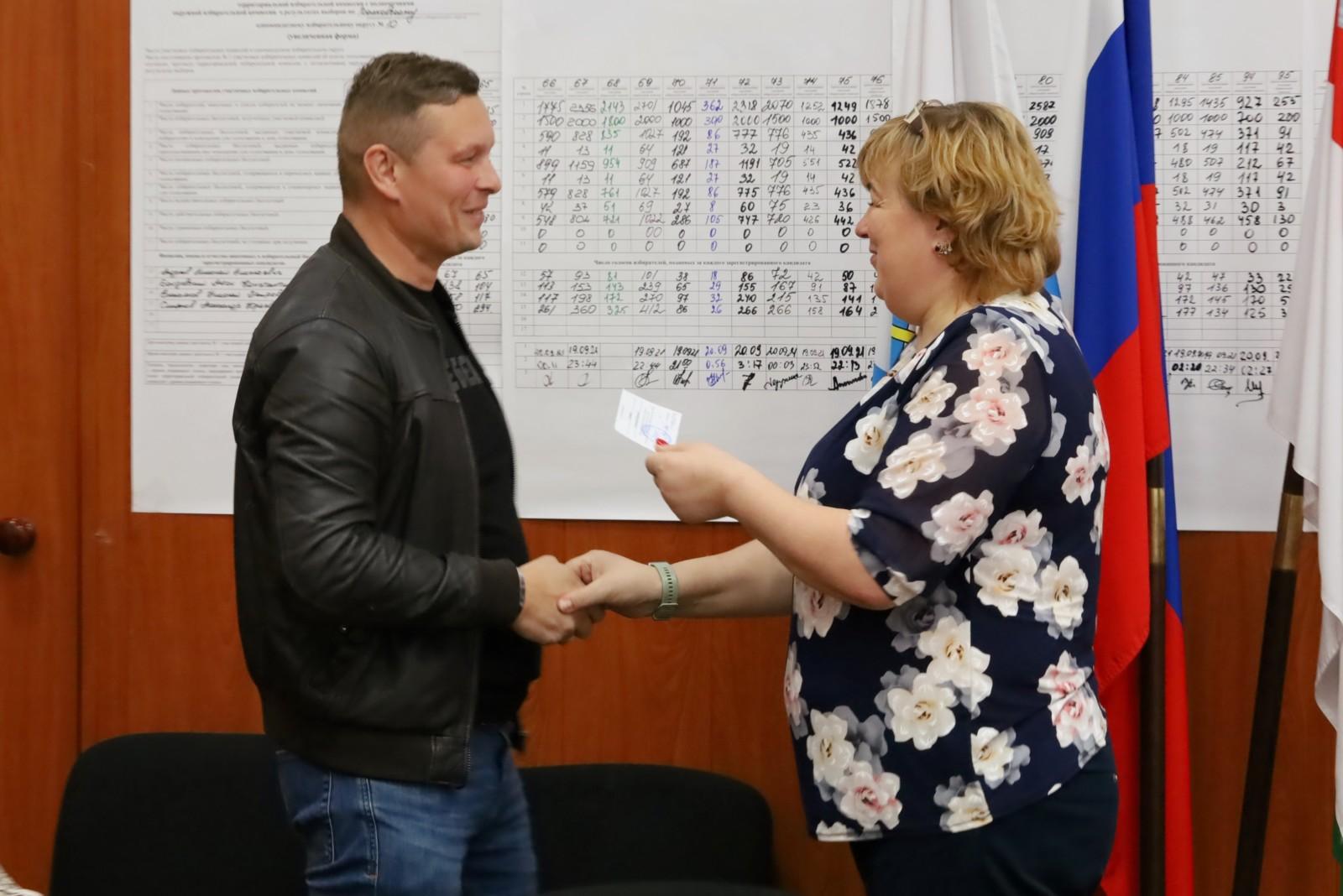 Вручили мандаты депутатов